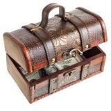 与货币的木胸口 免版税库存照片