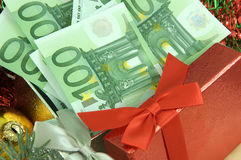 与货币的礼品 免版税库存照片