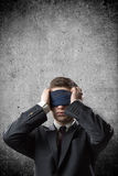 与绷带的商人在他的眼睛 库存照片