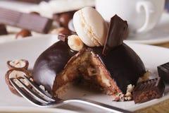 与水平榛子和蛋白杏仁饼干的特写镜头的巧克力蛋糕 免版税库存图片