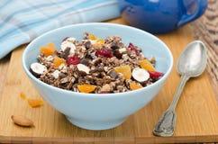 与水平的坚果和的干果的巧克力格兰诺拉麦片 库存图片