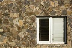 与水平的窗帘的现代塑料窗口 免版税图库摄影