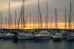 与水平的风船的日落 免版税库存照片