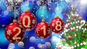 与2018年垂悬在一蓝色bokeh和一棵转动的圣诞树的背景的第的红色球 免版税图库摄影