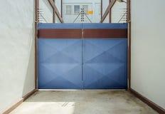 与仓库特写镜头的蓝色门 免版税图库摄影