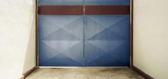 与仓库特写镜头的蓝色门 免版税库存照片