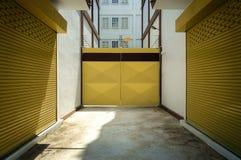 与仓库特写镜头的黄色门 免版税图库摄影