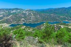 与水库,塞浦路斯的Kouris水坝 免版税库存图片