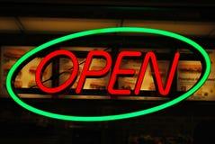 与`开放`文本的霓虹灯广告 库存照片