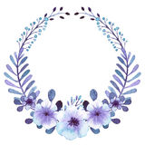 与水彩浅兰和淡紫色花的浪漫花圈 库存图片