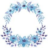 与水彩浅兰的花的花卉花圈 免版税库存照片