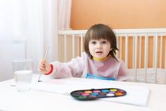与水彩的可爱的小男孩绘画在家绘 免版税库存照片