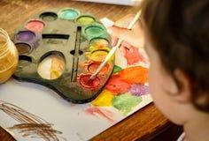 与水彩的小女孩绘画 免版税库存照片