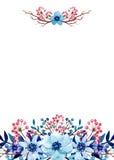 与水彩蓝色花、叶子、树枝和红色莓果的卡片 免版税库存照片