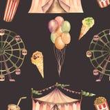 与水彩马戏元素的一个无缝的样式:气球、玉米花、马戏场帐篷(大门罩),冰淇凌和弗累斯大转轮 免版税库存图片