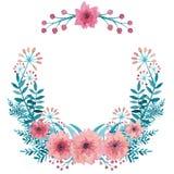 与水彩鲜绿色叶子、桃红色花和莓果的花圈 免版税库存图片