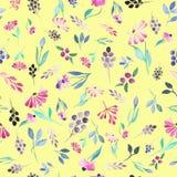 与水彩紫色花、蓝色叶子和莓果的无缝的花卉样式 库存图片