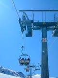 与阴影和滑雪道的升降椅 免版税库存照片