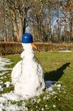 与阴影的熔化的雪人 免版税库存照片