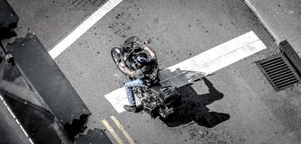 与阴影的锋利摩托车车手 库存图片