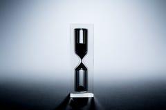 与阴影的滴漏sandglass 老减速火箭的样式葡萄酒照片 图库摄影