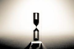 与阴影的滴漏sandglass 老减速火箭的样式葡萄酒照片 库存图片