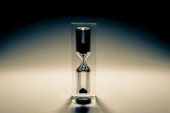 与阴影的滴漏sandglass 老减速火箭的样式葡萄酒照片 免版税库存照片