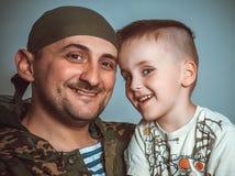 与从战争回来的父亲的儿子的会谈 库存图片