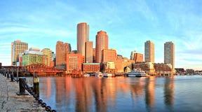 与财政区和波士顿港口的波士顿地平线日出全景的 免版税图库摄影