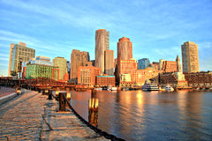 与财政区和波士顿港口的波士顿地平线日出全景的 库存图片