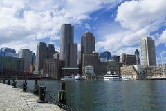 与财政区和波士顿港口的波士顿地平线 库存照片