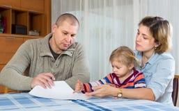 与财政文件的担心的家庭 库存图片