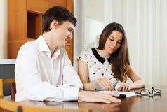 与财政文件的年轻家庭 免版税库存图片