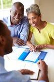 与财政顾问的成熟黑夫妇会谈在家 免版税图库摄影