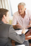 与财政顾问的老人会谈在家 免版税库存照片