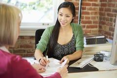 与财政顾问的资深妇女会谈在办公室 免版税库存图片