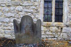 与破旧的板刻的老公墓石头,休息对著名StMary的大教堂外部墙壁,五行民谣,爱尔兰, 2014年10月 免版税库存图片