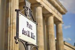 与说明普拉茨Des 18的老牌 在老德国字体写的Marz作为中央柏林的标志 免版税库存图片