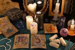 与水晶、占卜用的纸牌和蜡烛的不可思议的静物画由mirrow 库存图片