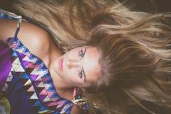与水晶构成的年轻白肤金发的秀丽画象 免版税图库摄影