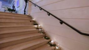 与水晶枝形吊灯的大理石楼梯 影视素材