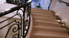 与水晶枝形吊灯的大理石楼梯 股票视频