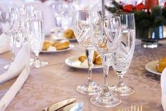 与水晶玻璃的豪华宴会桌设置 图库摄影