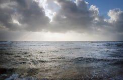 与黑暗的云彩和波浪的法国海岸 库存图片