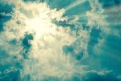 与黑暗的云彩的太阳光芒 库存照片