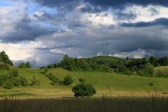 与黑暗的云彩的风景 免版税库存照片