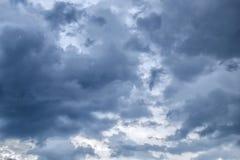 与黑暗的云彩的阴暗天空,灰色云彩,在雨前 库存照片