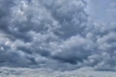 与黑暗的云彩的阴暗天空,灰色云彩,在雨前 免版税库存图片