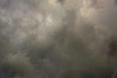 与黑暗的云彩的阴暗天空 库存照片