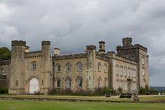 与黑暗的云彩的Chiddingstone城堡 库存图片
